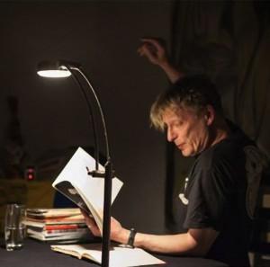 Hardy Crueger liest mit weitausholenden Gesten aus seinen Romanen vor