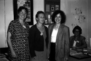 1996 – Präsentation des Bücherfrauen e.V. auf der F.A.M.E. in Hannover – v.l.n.r. Brigitte Mauch, Martina Rußmann, Evelyn Kuttig, im Hintergrund Angelika Beck vom Postskriptum Verlag