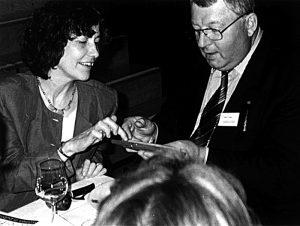 1998 – Evelyn Kuttig überreicht eine Zigarre an Landwirtschaftsminister Karl-Heinz Funke für Ministerpräsident Gerhard Schröder